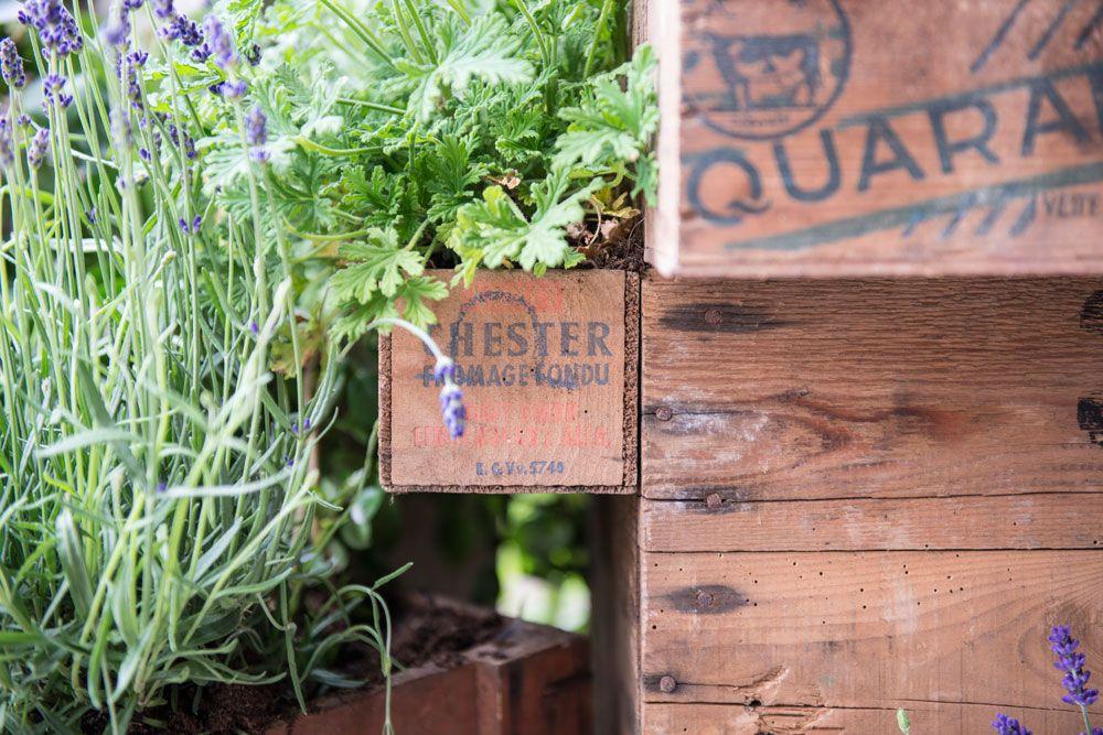 Balc n peque o con cajas de madera como macetas - Macetas madera exterior ...